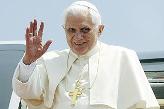 Papa Bento 16 desembarca em aeroporto internacional Ben Gurion, em Tel Aviv, hoje; pontífice afirmou que internet fragmenta a cultura - Foto: Reuters