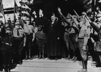 O então Bispo Luterano Ludwig Muller em saudação NAzista